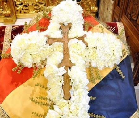 Cruce de flori basilica.ro